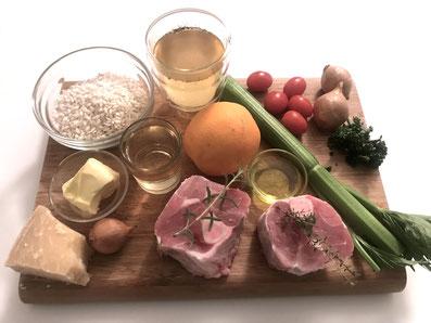 Zutaten: Schweinshaxen, Weißwein, Zwiebeln, Knoblauch, Stangensellerie, Tomaten, Orangen, Olivenöl, Kräuter, Salz, Pfeffer, Risotto
