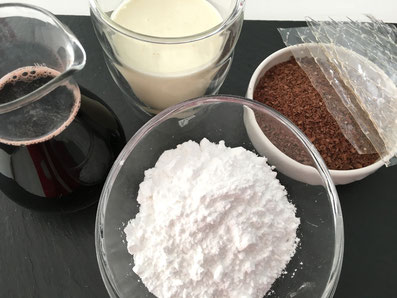 Zutaten für das Soufflé: Rahm, Kirschensaft, Schokolade, Gelatine, Pudelzucker