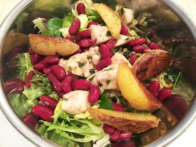 Salat mit der Sauce vermischen