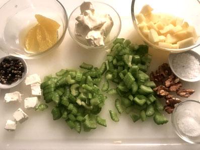 Die verschiedenen Salat-Zutaten vorbereiten