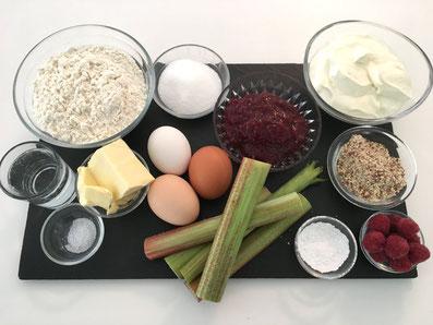 Zutaten: Mehl, Zucker, Salz, Butter, Eier, Konfitüre, Quark, Mandeln, Rhabarber, Himbeeren, Puderzucker