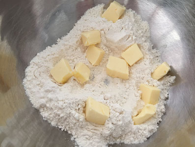 Mit den kalten Butterwürfeln zu einem krümeligen Teig verreiben