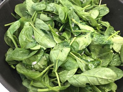 Spinat und Schalotten in Butter schwenken