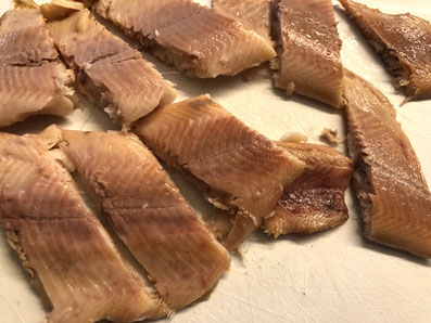 Die Forellenfilets in mundgerechte Stücke schneiden