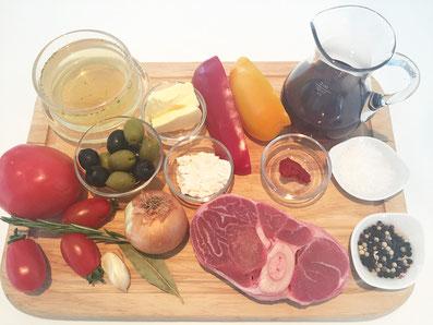 Zutaten: Ossobuco, Mehl, Rotwein, Bouillon, Zwiebeln, Knoblauche, Tomatenkonzentrat, Peperoni, Tomaten, Oliven, Rosmarin, Lorbeerblatt, Butter