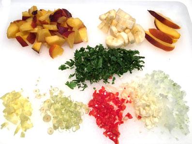 Hacke und schneide die Gewürze und Früchte