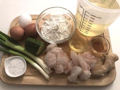 Zutaten: Barsch, Frühlingszwiebel, Gurken, Ingwer, Eier, Mehl, Wasser, Reiswein, Sesamöl, Sonnenblumenöl, Salz