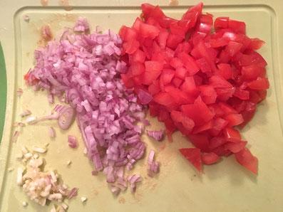 Tomaten in kleine Würfel schneiden. Schalotten und Knoblauch fein hacken