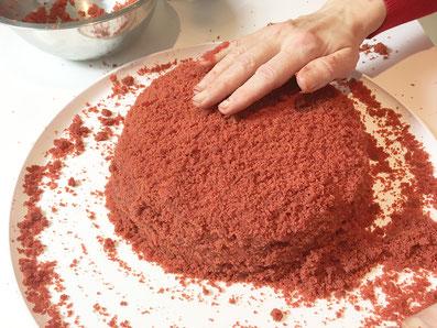 Mit den restlichen Krümeln den Kuchen bedecken