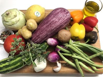 Zutaten: Aubergine, Kohlrabi, Zucchetti, Tomante, Zitrone, grüne Bohnen, Paprika, Schalotten, Champignons, Kartoffeln, Knoblauch, Thymian, Rosmarin, Oregano, Olivenöl, Salz, Pfeffer