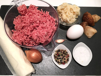 Zutaten: Blätterteig, Hackfleisch, Risotto, Pilze, Zwiebeln, Knoblauch, Butter, Ei, Eigelb, Salz, Pfeffer