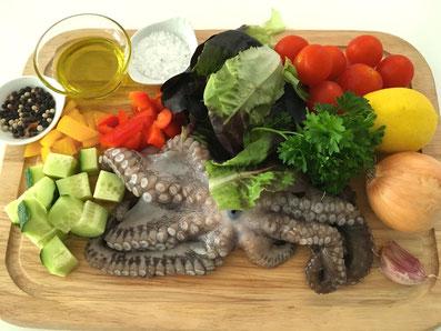 Zutaten: Pulpo, Olivenöl, Zitronensaft, Essig, Honig, Zwiebel, Knoblauch, Gurke, Paprika, Cherry Tomaten, Petersilie