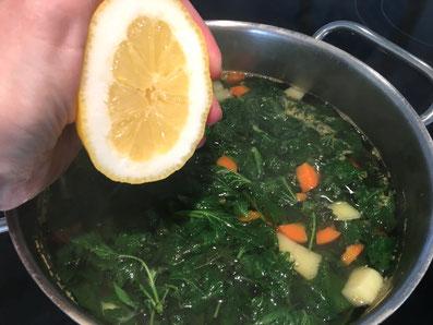 Zitronensaft beigeben