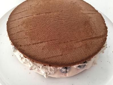 Den Kuchendeckel auf den Boden legen und ebenfalls mit Creme und Soufflé bedecken