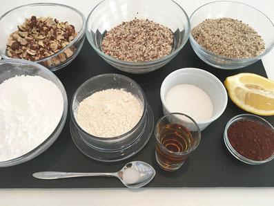 Zutaten: Haselnüsse, Mandeln, Mehl, Puderzucker, Zucker, Zitronensaft, Kakao, Rum, Salz