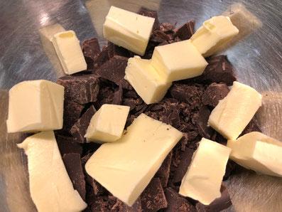 Schokoladensplitter und Butterwürfel in eine Schüssel geben