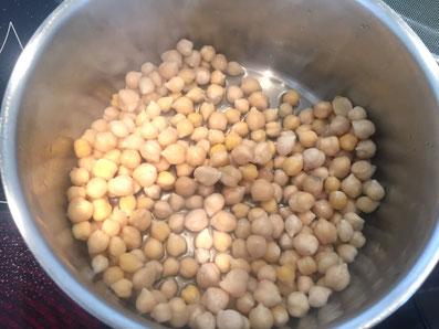 Die Kichererbsen zugedeckt mit 3 Esslöffel Wasser aufkochen