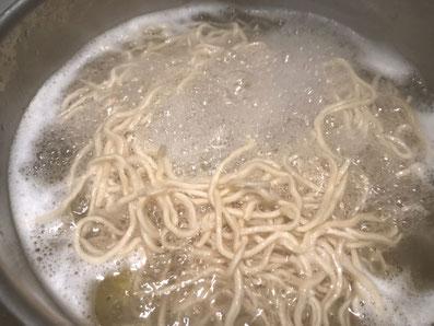 Die Nudeln in heißem Salzwasser kochen