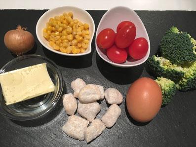 Zutaten: Gnocchi, Broccoli, Tomaten, Maiskörner, Zwiebeln, Eier, Butter, Salz, Pfeffer