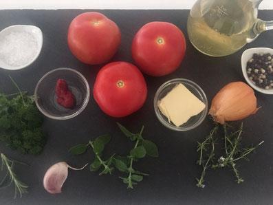 Zutaten: Tomaten, Tomatenpüree, Zwiebel, Knoblauch, Butter, Bouillon, Kräuter, Salz, Pfeffer