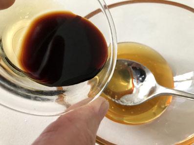 Den Honig mit der Sojasauce vermischen