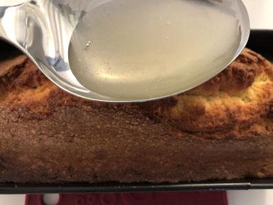 Den Guss über dem noch warmen Kuchen verteilen
