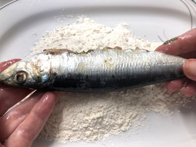 Die Fische im Mehl wenden