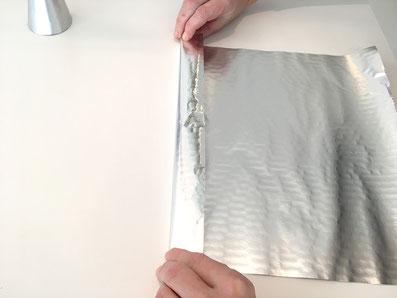 Bei der Aluminiumfolie eine Falz anbringen