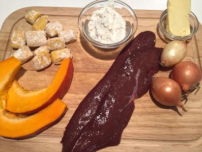 Zutaten: Kalbsleber, Kürbis, Kürbisgnocchi, Zwiebel, Mehl, Sonnenblumenöl oder Butter, Salz, Pfeffer, Paprikapulver