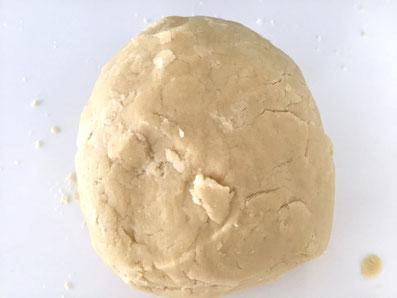 Mehl dazugeben und zu einem Teigballen formen