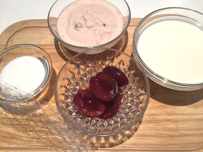 Zutaten: Zwetschgenjoghurt, Milch, Zucker, Gelatine, Zetschgenkompott