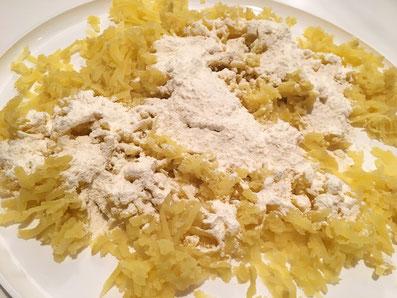 Den Kartoffeln Mehl beifügen