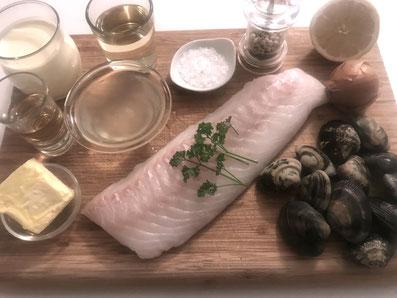 Zutaten: Kabeljau, Vongole, Zwiebel, Weißwein, Fischfond, Noilly Prat, Rahm, Zitronensaft, Butter, Petersilie, Meersalz, weißer Pfeffer