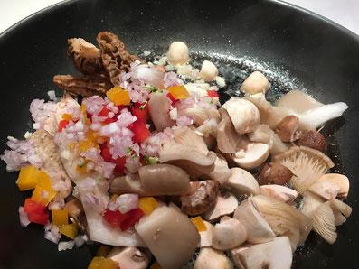 Zusammen mit den Zwiebeln, dem Knoblauch und den Peperoni anschwitzen