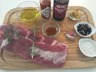 Zutaten für die Spareribs: Fleisch, Olivenöl, Worceshiresauce, Tabasko, Knoblauch, Senf, Paprikapulver, Thymian, Rosmarin, Salz, Pfeffer