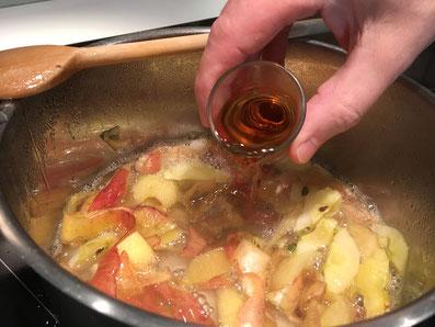 Den Rum oder den Calvados dazu giessen