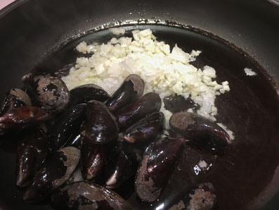 Moules, Zwiebel und Knoblauch in Olivenöl anschwitzen