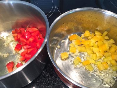 Paprika getrennt mit den Zwiebeln und dem Knoblauch in Olivenöl andünsten