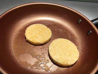 Polenta-Plätzchen ausstechen und in Butter anbraten