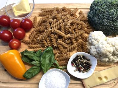 Zutaten: Fusilli, Broccoli, Blumenkohl, Paprika, Tomaten, Gruyère, Butter, Basilikum, Salz, Pfeffer