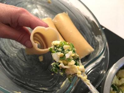 Die andere Hälfte der Cannelloni mit der Lauchmasse füllen