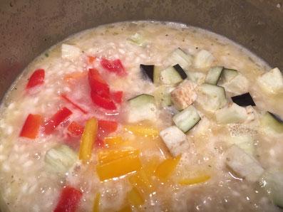 Mit Weisswein und Bouillon ablöschen und das Gemüse beifügen