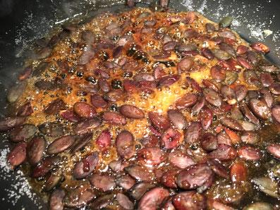 Die Kürbiskerne karamellisieren