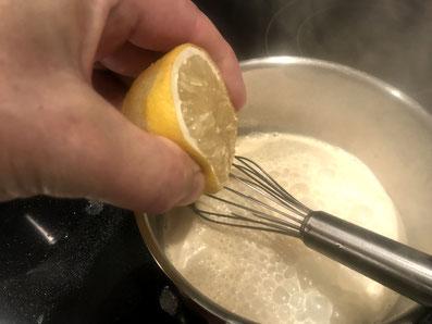 Mit Zitronensaft und weißem Pfeffer abschmecken