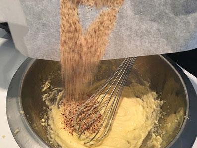 Die Butter-, Zucker-, Ei-Mischung mit den Haselnüssen gut verrühren