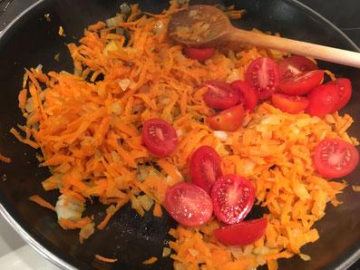 Mit den Tomaten vermischen
