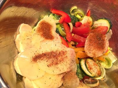 Das Gemüse und die Kartoffeln abschmecken und mit der Rahm-Käsesauce vermischen