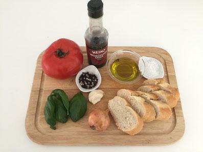 Zutaten: Brotscheiben, Tomanten, Olivenöl, Zwiebel, Knoblauch, Basilikum, Worcestershiresauce, Salz, Pfeffer