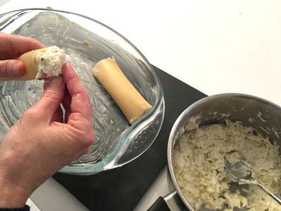 Die eine Hälfte der Cannelloni mit der Rettichmasse füllen