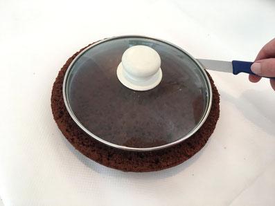 Mit den Tellern verschieden grosse Ringe ausschneiden